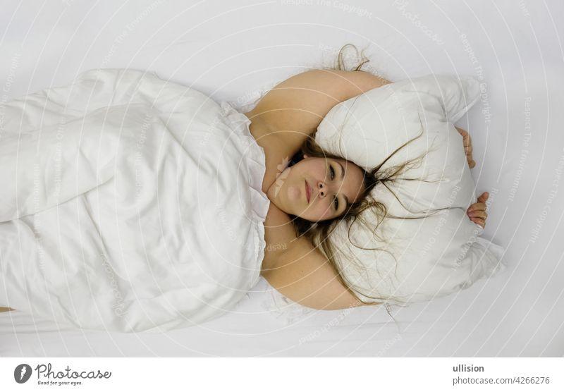 Porträt einer zuversichtlich positiven fröhlichen molligen Frau im Bett umarmt Kissen. Nette plus Größe Mädchen entspannen im Schlafzimmer, Kopie Raum Übergröße