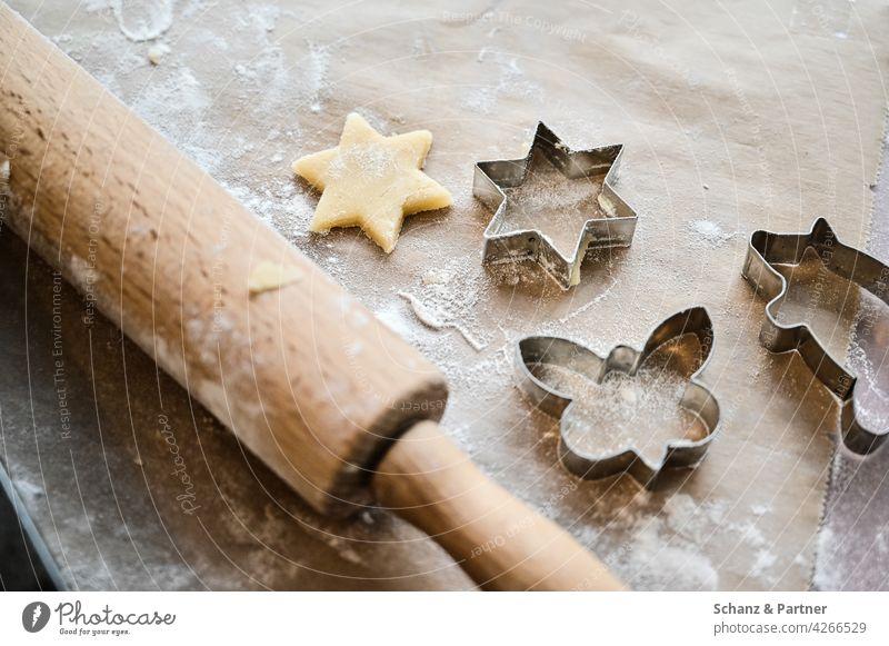Plätzchen ausstechen Teigrolle Ausstechform Vorweihnachtszeit Weihnachten Stern backen Schmetterling Weihnachten & Advent Weihnachtsgebäck lecker süß Teigwaren