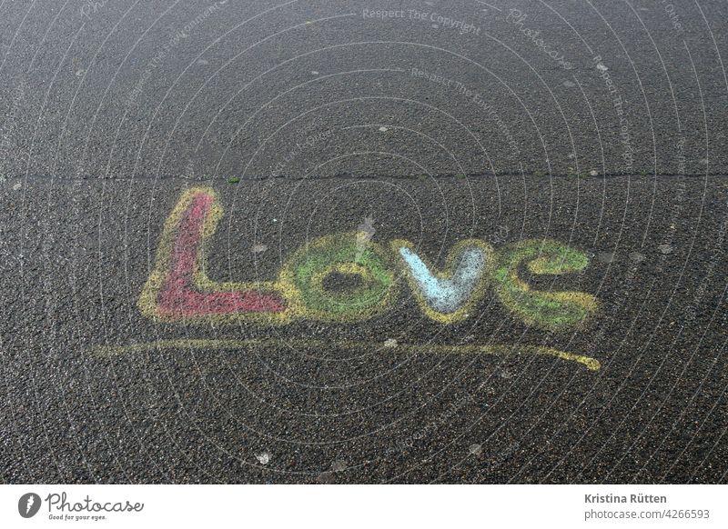 love - auf den asphalt gemalt liebe verliebt gefühl straßenmalerei gehweg boden aufgemalt kreide bunt liebeserklärung zuneigung beziehung verbundenheit wort