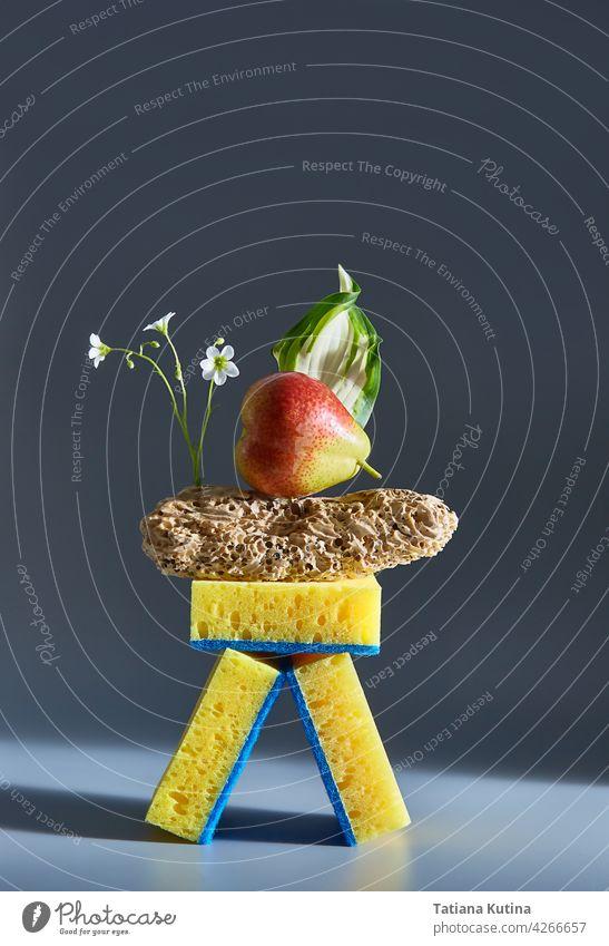 Kreative Zusammensetzung von Lebensmitteln, Schwämme, Holz und Blumen. Werbung Idee. Minimales Natur-Konzept. Sauber und Gesundheit Konzept. freakebana