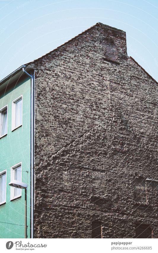 Geisterhaus, Reste eines abgerissenen Hauses Abrissgebäude abrissreif abrissunternehmen Verfall kaputt Vergänglichkeit Ruine alt Zerstörung Gebäude