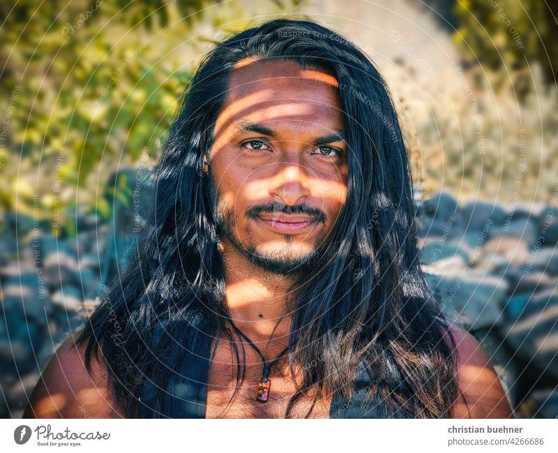 portraits eines jungen Mannes mit langen haaren mann lange haare licht schatten intensiv Lateinamerika mexico mexikaner nativ tribal natur natuerlich kuenstler