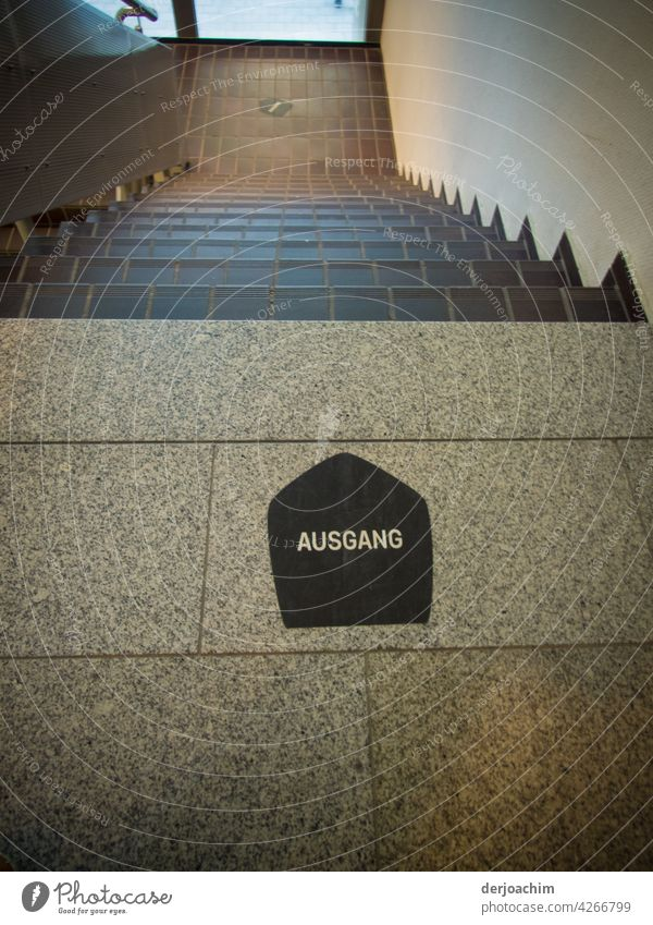 Gekachelte Treppe in wundersschönen Braun Ton gehalten. Am Treppenuntergang steht auf Deutsch : AUSGANG Barren Treppenhaus Architektur Flur abwärts Haus