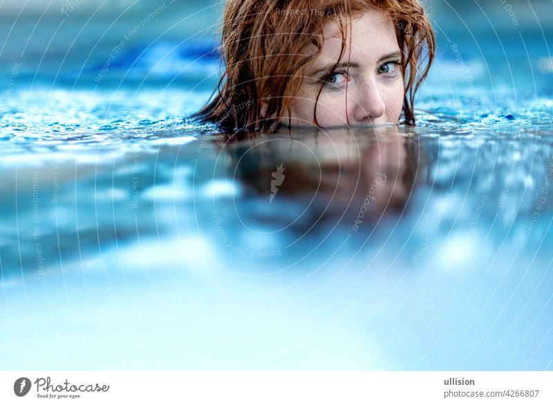 Porträt der jungen sexy Frau mit roten Haaren, Rotschopf Schwimmen im Pool, Kopf halb unter Wasser getaucht, Kopie Raum Schwimmsport Behaarung Hälfte