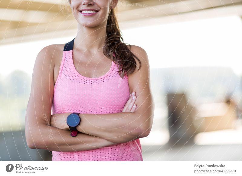 Sportliche junge Frau in einer städtischen Umgebung Energie trainiert. Fitness Aktivität Vitalität Körper Turnkleidung Training anstrengen beweglich