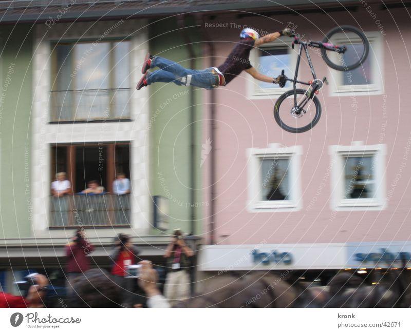 Superman springen Fahrrad Dirtjump Extremsport fliegen Air Sportveranstaltung Publikum hoch weit Mut verrückt gefährlich gewagt Körperbeherrschung Trick Jump