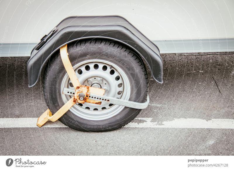 Parkkralle, Radkralle parken parken verboten parkende Autos Reifen Straße Verkehrsmittel Außenaufnahme Menschenleer Verkehrswege Fahrzeug Wege & Pfade PKW