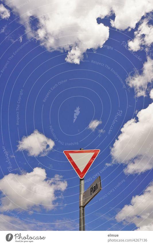 """Verkehrszeichen """" Vorfahrt gewähren """" mit Straßenschild """"Plan """" aus der Froschperspektive vor blauem Himmel mit Schönwetterwolken / VZ 205 / Halt Dekowolken"""