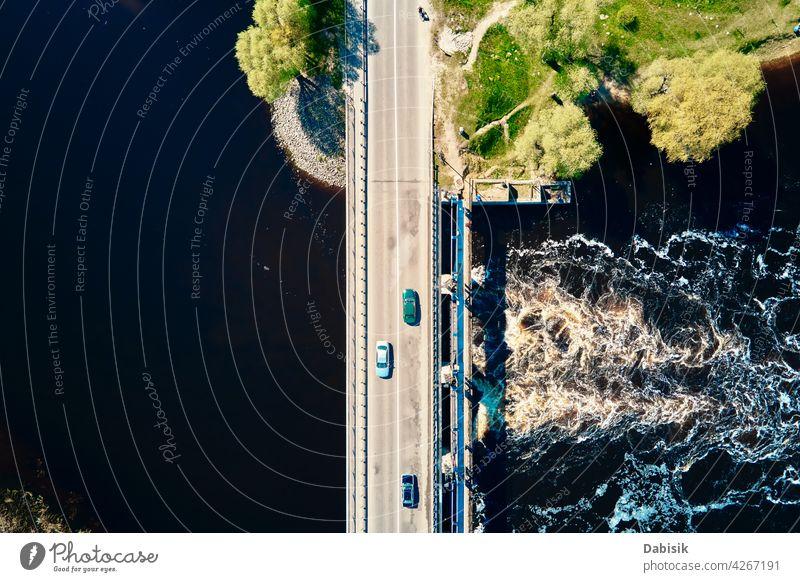 Auto fährt auf Brücke in Europa Kleinstadt, Luftaufnahme Fluss PKW Verkehr Antenne im Freien schön Natur Schönheit weißrussland Vogelperspektive Ökosystem