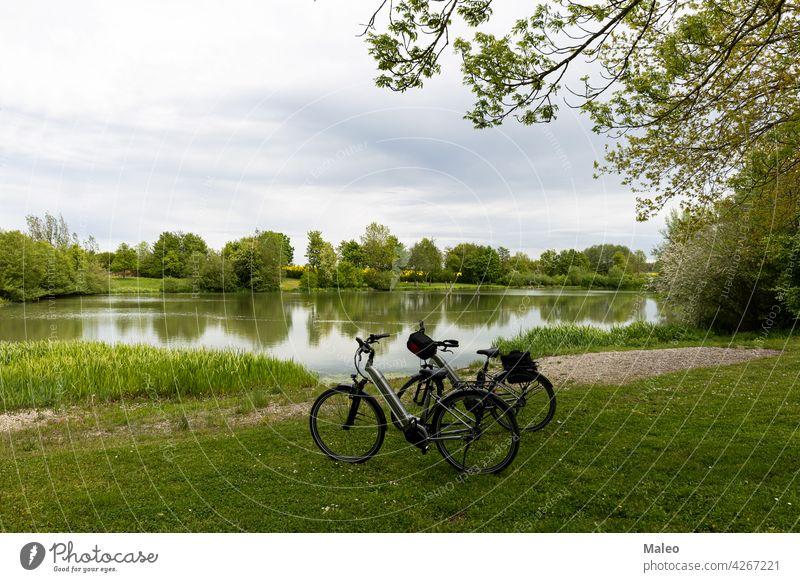 Fahrräder stehen am Ufer eines kleinen Sees Aktivität Erwachsener Herbst Strand schön Fahrrad blau Boot Großstadt Küste Radfahrer Europa hafen Hafen Landschaft