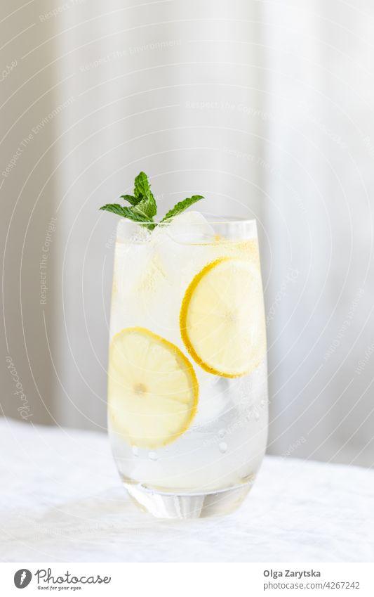 Kaltes Zitruswasser. trinken kalt Limonade Wasser Eis Minze Zitrone Sommer Glas Erfrischung Zitrusfrüchte Schweiß Getränk Tisch sehr wenige Cocktail Hintergrund
