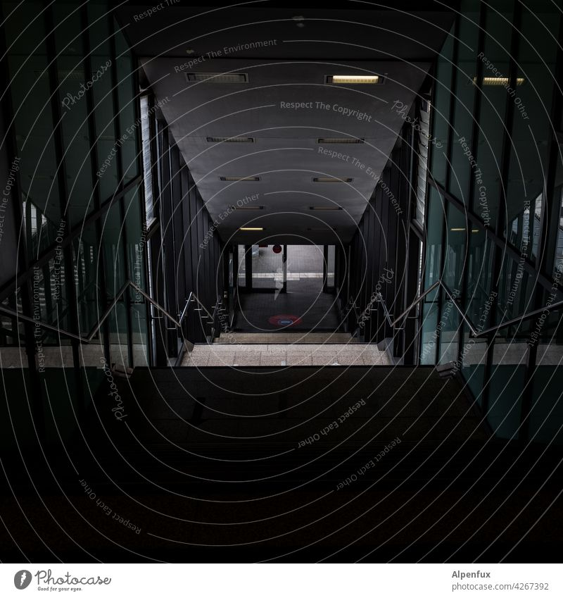 sicherer Bahnhof dunkel Angst gefährlich Tunnel Neonlicht Unterführung Panik bedrohlich Licht Einsamkeit leer Tunnelblick Beleuchtung Wege & Pfade Fluchtpunkt
