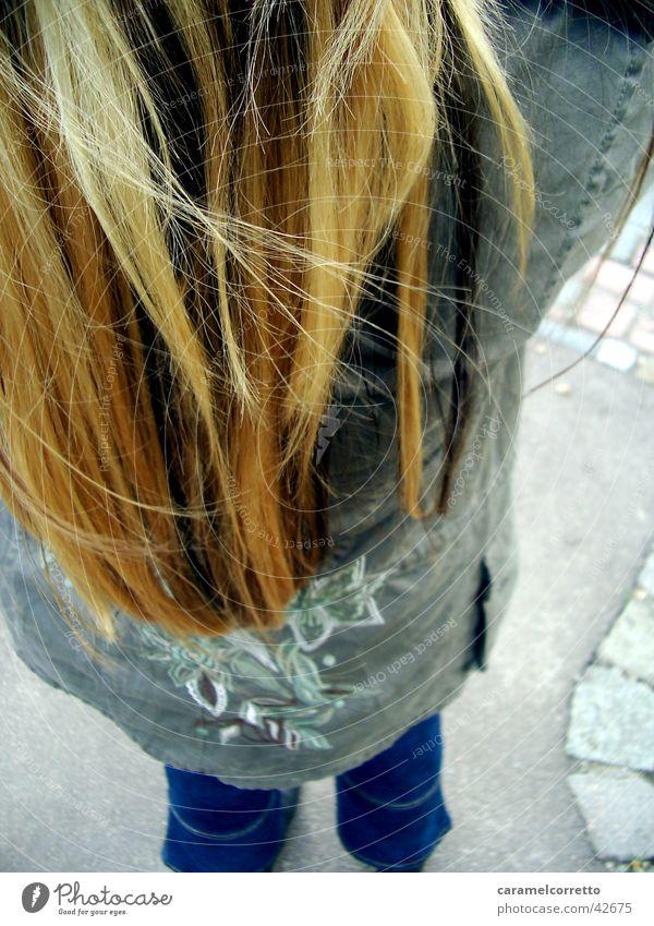 die_uschi Frau Haare & Frisuren blond Rücken Jeanshose langhaarig
