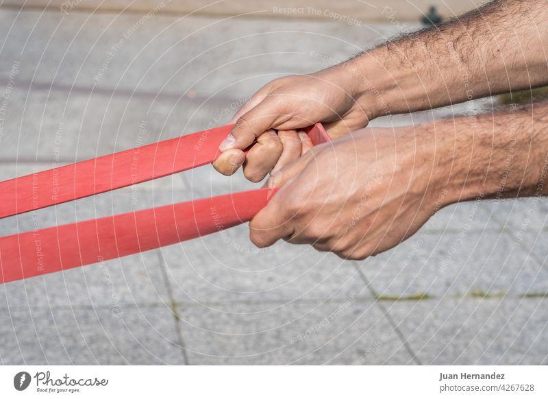 Sportler Mann macht gymnastische Übungen zur Stärkung der Muskeln Athlet Männer Tun Stärke im Freien sportlich Fitness Training Fitnessstudio passen trainiert.