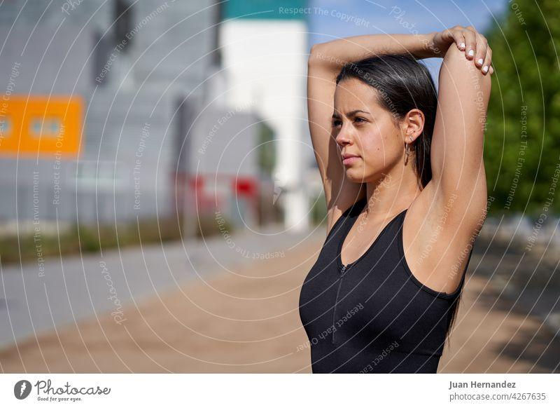 Junge Frau mit fit Körper tun Muskel dehnt sich jung passen Tun Dehnungen Model Sportbekleidung trainiert. springend rennen Athlet Übung Fitness Training Läufer