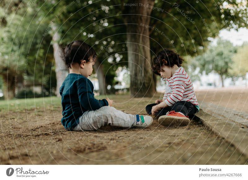 Bruder und Schwester spielen im Freien Geschwister Park Spielen Tag Zusammensein Kind Kindheit Freude Farbfoto Mensch Außenaufnahme Freundschaft 2 Mädchen