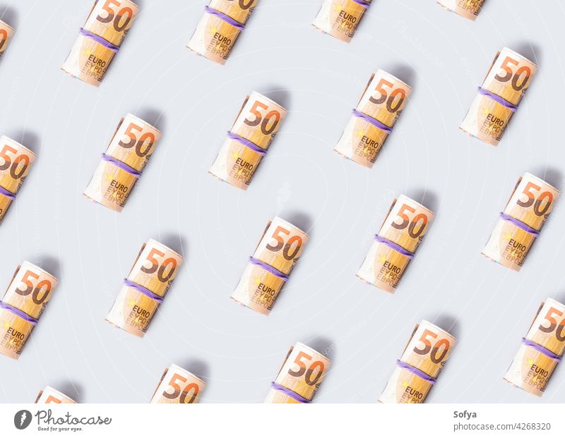 Euro 50 Wert Banknoten rollen Muster auf grauem Hintergrund Geld Bargeld bezahlen 50 Euro Einsparungen Investition Einkommen Gummi Kosten Wechseln Wirtschaft