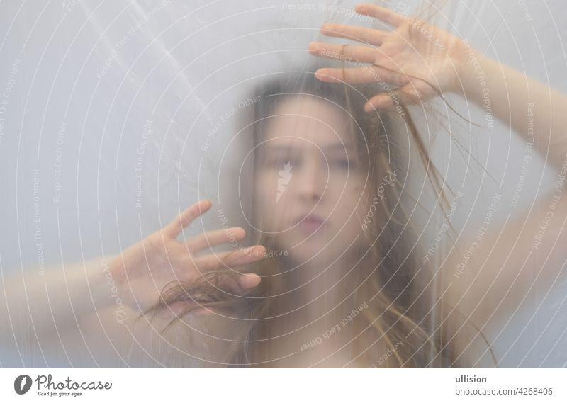 fantastische hervorragende seltsame Porträt mit schützenden defensive Hände in Angst Traum von schönen sexy sinnliche Frau hinter transparenten Kunststoff-Folie als Hintergrund, Kopie Raum