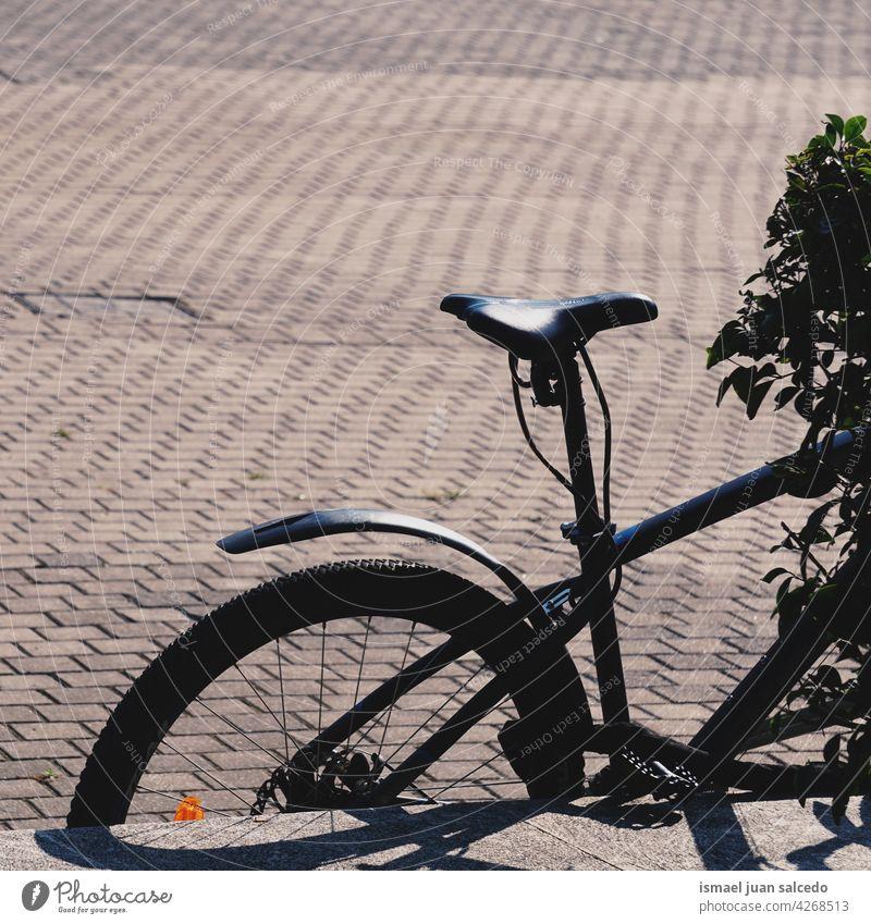 Schwarzes Fahrrad auf der Straße Verkehrsmittel Transport Fahrradfahren Radfahren Zyklus Sitz Lenker Objekt Sport Hobby Lifestyle im Freien urban Gesundheit
