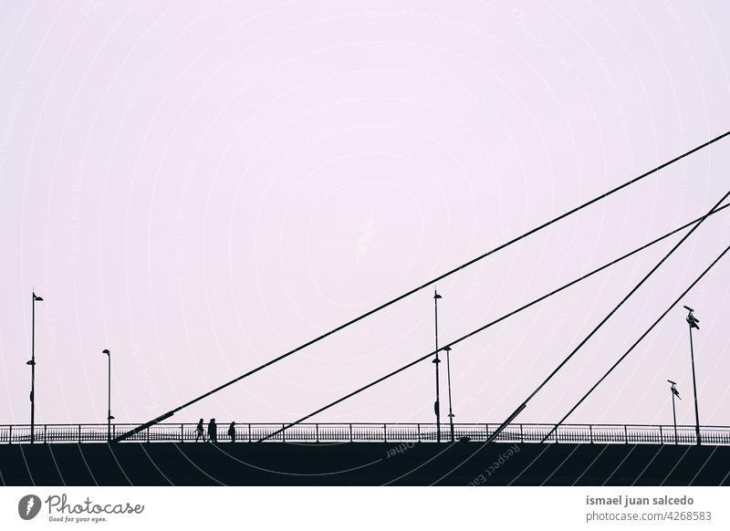 Menschen Silhouette auf der Brücke in Bilbao Stadt Spanien Person Fußgänger Schatten Straße im Freien Großstadt sehr wenige Stadtleben Lifestyle besuchen Besuch
