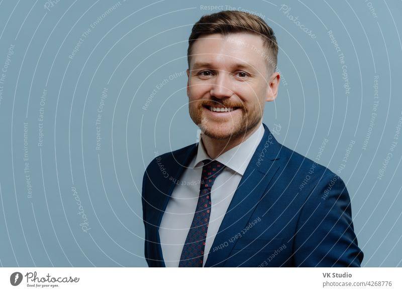 Porträt eines glücklichen gut aussehenden Geschäftsmannes, der in die Kamera lächelt jung gelungen Führer formal Anzug Blick Fotokamera Business Mann Büro