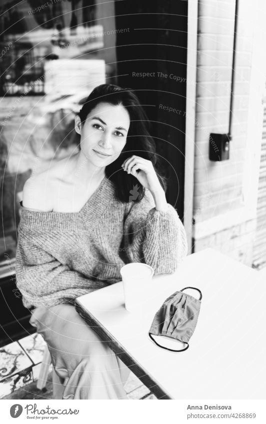 Junge Dame trinkt Kaffee im Cafe Tasse Frau Porträt trinken jung Gesichtsmaske Sperrung angehoben schön lässig brünett Tisch Person Erwachsener attraktiv London