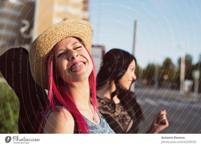pinkhaarige Frau mit Hut streckt die Zunge in die Kamera jung attraktiv 20s Freude Menschen Person Jugend urban Frauen hübsch hübsche Menschen im Freien