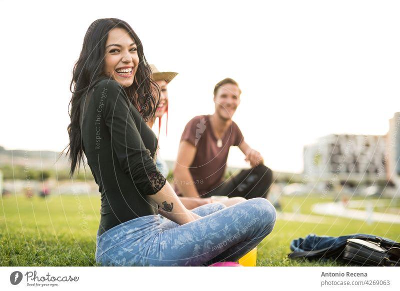 Eine Gruppe junger Freunde erfrischt sich an einem Frühlingstag im Freien im Park Frau attraktiv 20s Freude Menschen Person Jugend urban Frauen hübsch