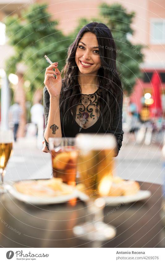 herrliche spanische Frau raucht Zigarre und trinkt Bier auf der Terrasse einer Bar jung attraktiv 20s Freude Menschen Person Jugend urban Frauen hübsch