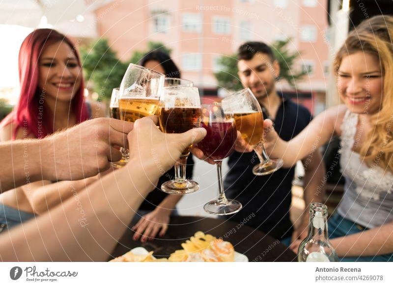 Gruppe von Freunden macht einen Toast mit alkoholischen Getränken Frau jung attraktiv 20s Freude Menschen Person Jugend urban Frauen hübsch hübsche Menschen