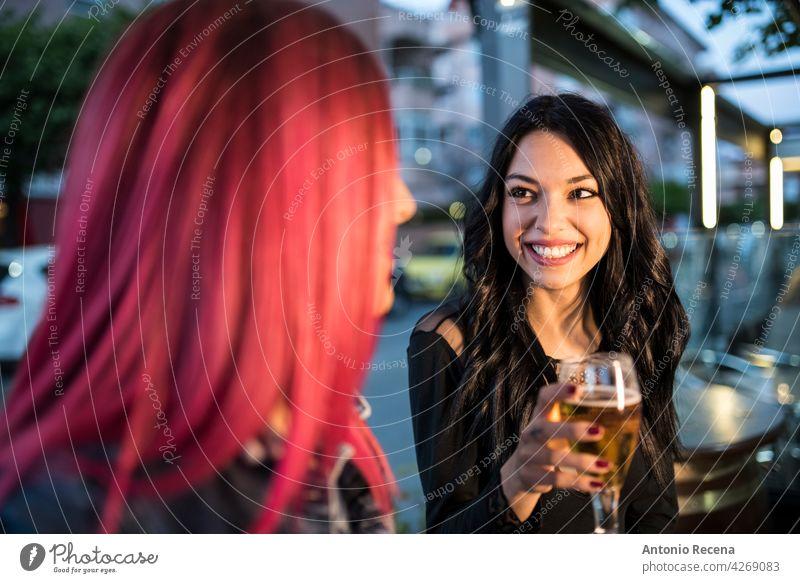 Hübsche Frauen führen ein fröhliches Gespräch in einer Bar jung attraktiv 20s Freude Menschen Person Jugend urban hübsch hübsche Menschen im Freien Großstadt