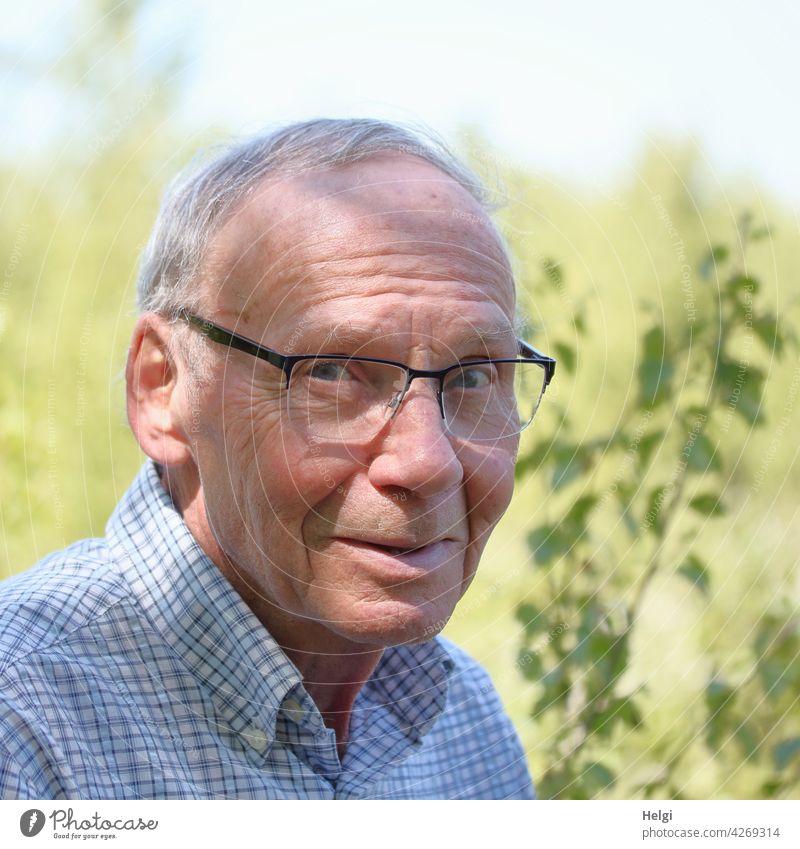 Porträt eines Senioren mit Brille und grauen Haaren in der Natur Mensch Mann Alter Kopf Gesicht grauhaarig kurzhaarig Nahaufnahme Hemd kariert draußen