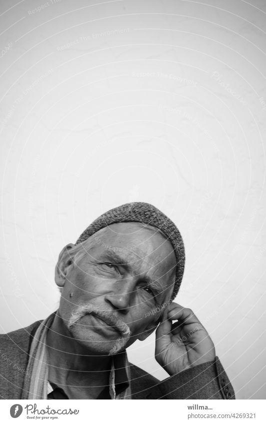 Nachdenken über Freiräume, u.a. den Textfreiraum, sowie über Gott und die Welt Mann Porträt Nachdenklichkeit nachdenken hinterfragen Denken Gesicht Mensch