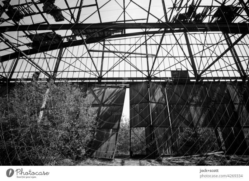 verlorener großer Raum mit lockeren Tor Halle Gebäude Architektur alt lost places Ruine verfallen Zerstörung Endzeitstimmung Strukturen & Formen Vergänglichkeit