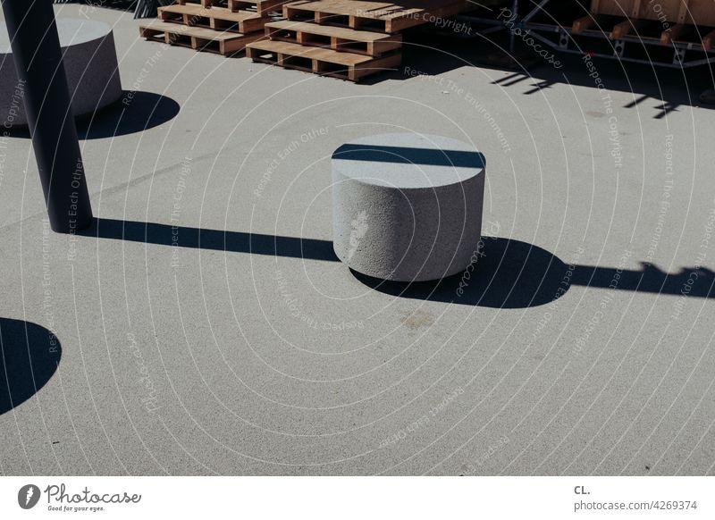 unterbrechung Linie Schatten Strukturen & Formen abstrakt Boden Laternenpfahl Beton grau rund poller