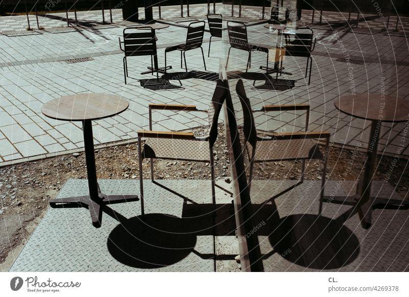 außengastronomie Tisch Stuhl Spiegelung Scheibe leer verlassen corona Gastronomie Restaurant Café Straßencafé geschlossen Sommer Stühle Sitzgelegenheit