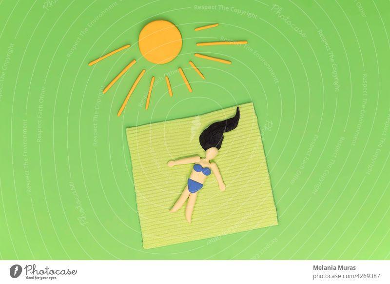 Frau liegt im Gras auf der Decke unter gelber Sonne. Entspannen Sie sich im Grünen, Sonnenbaden, Ausruhen im Garten Konzept. Künstliche abstrakte Szene, Freizeit in der grünen Umgebung während der Ferien.