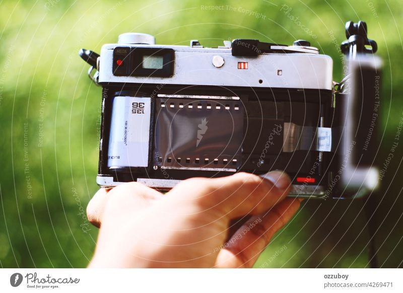 Rückfahrkamera analog Filmmaterial Fotokamera alt altehrwürdig retro schwarz Design Hintergrund Antiquität Fotograf weiß negativ Fotografie klassisch Menschen