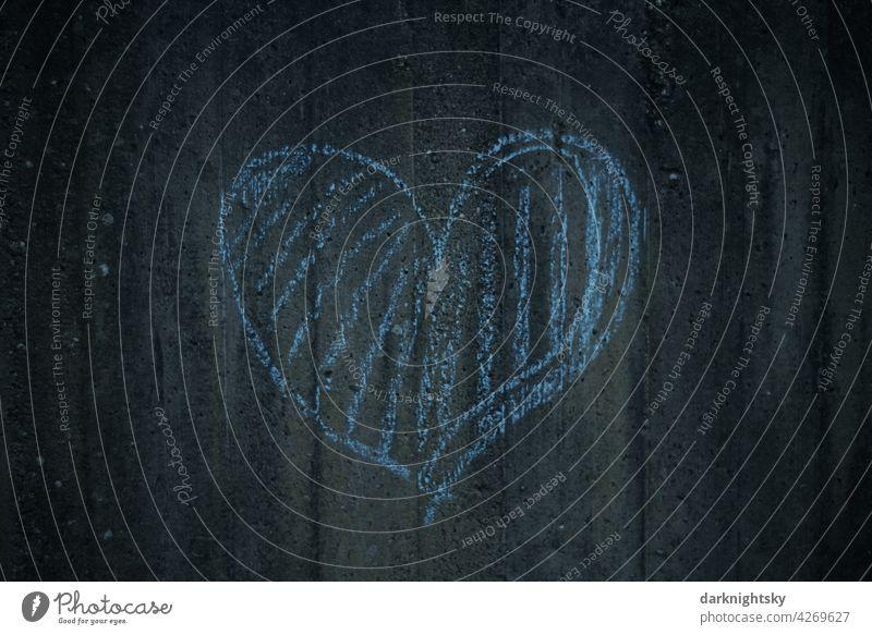 Blaues Herz aus Kreide an einer Mauer aus Beton kindliches Motiv herzliches Liebe Makroaufnahme weis Valentinstag Sand blau herzförmig Symbol emotionales