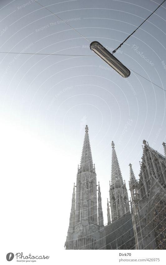 Votivkirche ätherisch blau weiß schwarz kalt Architektur grau außergewöhnlich elegant groß leuchten Schönes Wetter ästhetisch Kirche Hoffnung Glaube Straßenbeleuchtung