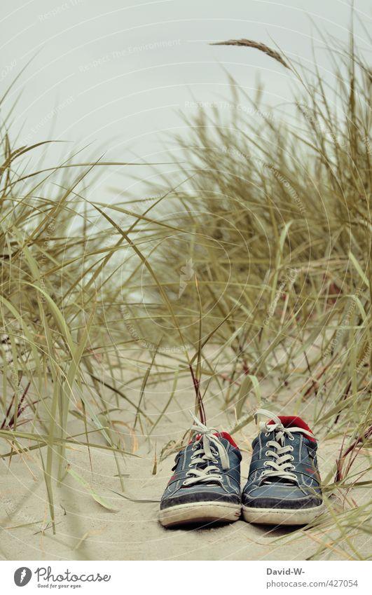 Endlich Urlaub Natur Ferien & Urlaub & Reisen blau alt Sommer nackt Erholung Strand Ferne Leben grau Schwimmen & Baden Sand Stimmung Zusammensein Schuhe