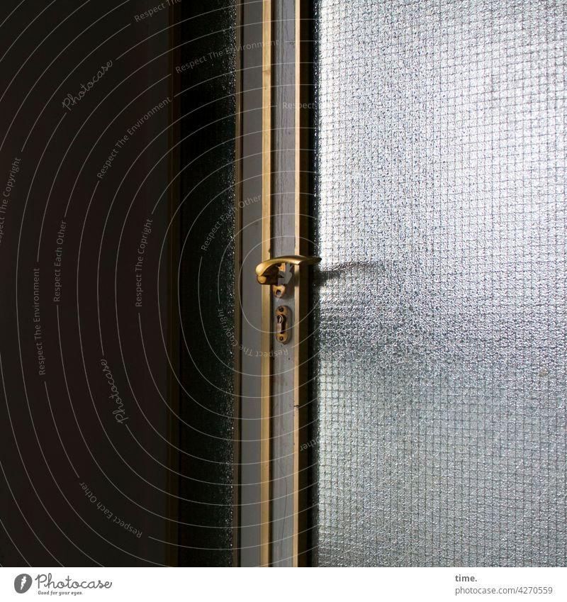 Entrees (34) türgriff messing eingang Verbundglas trashig alt linien abgenutzt abnutzung lackiert einfassung lackierung metall stabil sicherheit sonnig schattig
