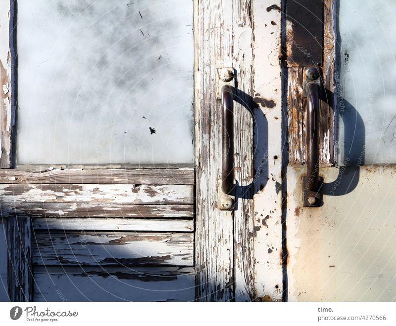 Entrees (40) holz holztür sonnig glas milchglas türgriff metall verwittert kaputt alt trashig verschlossen schatten