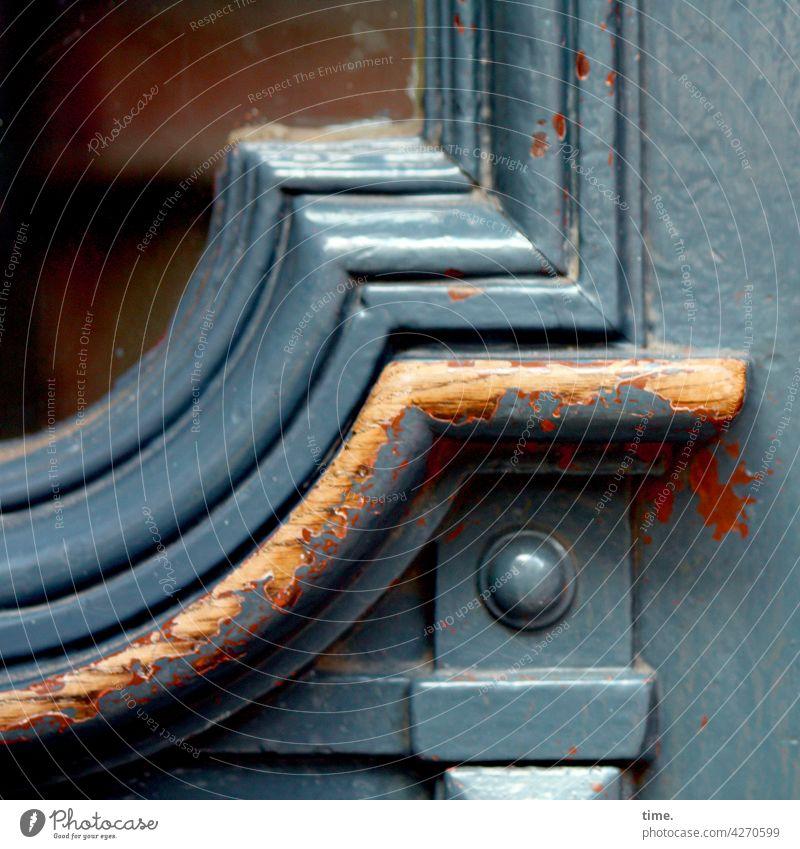 Entrees (32) oldstyle tageslicht holz eingang tür trashig alt linien abgenutzt abnutzung griffspuren glas handwerk profilholz lackiert verziert kunsthandwerk