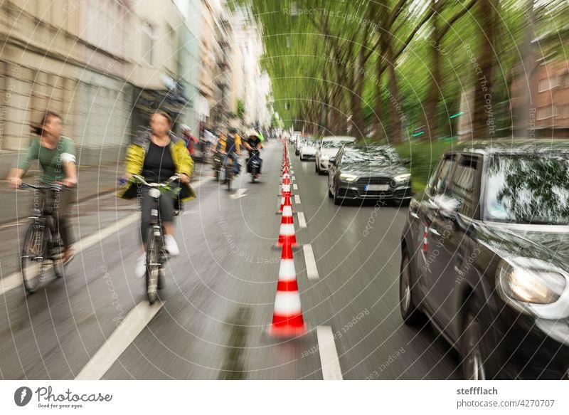 Fahrradfahrer*Innen auf einer mit Leitkegel abgesperrten Straßenhälfte Fahrradfahren Fahrradweg, Verkehr, Straße, Umwelt, Stadt, urban Fahrräder Personen