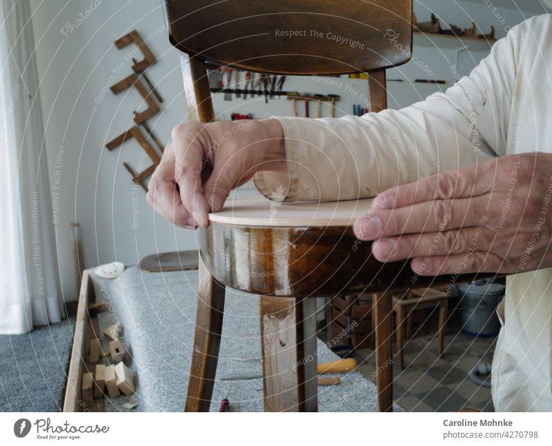 Höchste Präzision in der Werkstatt eines Restaurators Holz Holzmöbel Antiquitäten alt Farbfoto Möbel Stuhl Sitzgelegenheit braun Einsamkeit sitzen Holzstuhl