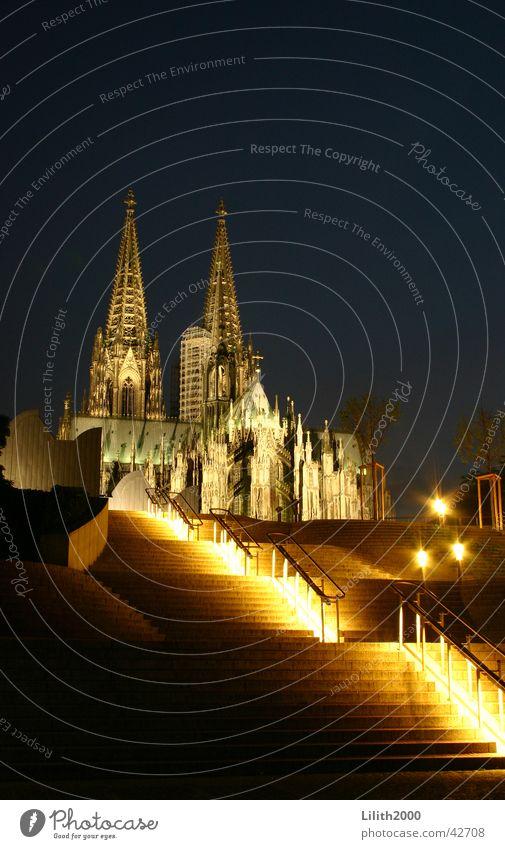 Nachts am Dom 2 Köln Sommer Gotteshäuser Beleuchtung Geländer Treppe