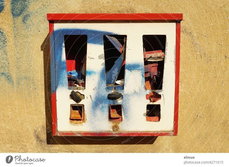 An einer Wand angebrachter, demolierter Kaugummiautomat, vermüllt und angesprüht kaputt funktionsuntüchtig demontiert Vandalismus Erinnerung besprayt verfallen