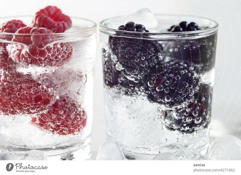 Zwei Gläser frisches eisgekühltes Vitaminwasser mit Himbeeren und Brombeeren Getränk Wasser Erfrischungsgetränk Glas Trinkwasser Beeren Gesunde Ernährung