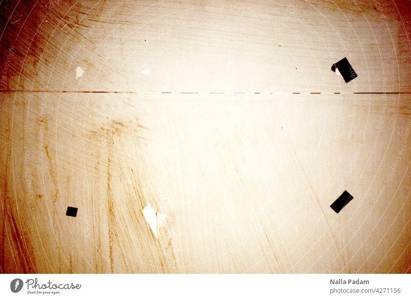 Klebestreifen auf einer Wand analog Analogfoto Farbe Farbfoto Außenaufnahme Tape Klebeband Pinwand schwarz menschenleer ankleben anheften papierlos